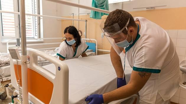 Osm lůžkových stanic pro covid pozitivní pacienty Krajská nemocnice Tomáše Bati ve Zlíně má, devátou se chystá otevřít v polovině týdne. Lůžková část geriatrie bude ovšem zřejmě posledním oddělením, které může zdravotnické zařízení přeměnit na covidová lů