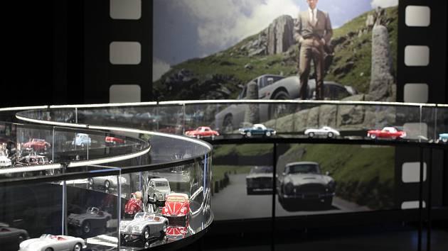 Bezmála dvě sta modelů aut v měřítku 1/18, fenomén sběratelství a mnoho zajímavosti ze světa automobilů. Filmový uzel.
