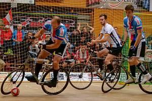 Zlínská dvojice Ludvík Písek a Miroslav Gottfried dosáhla v národních barvách ve švýcarském Möhlinu na 5. místo na ME. Na snímku s míčem Ludvík Písek