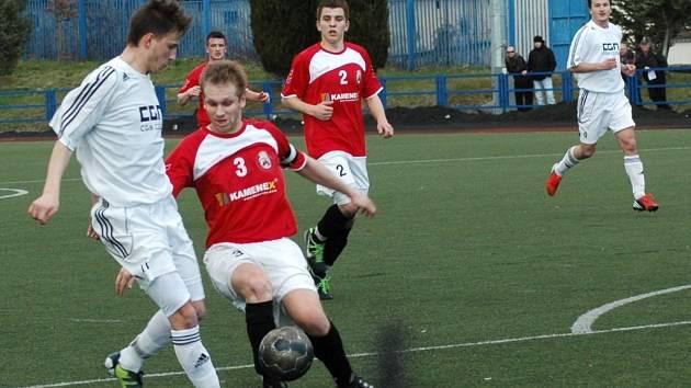 Z právě kontumovaného duelu krajského přeboru fotbalistů Uherský Brod - Boršice (v bílé). Utkání skončilo 2:2, ale duel byl kontumován 3:0 pro domácí Brod.