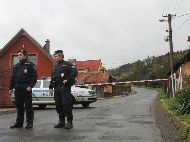 Policisté střeží evakuované domy.