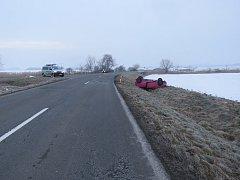 Žena za volantem při průjezdu křižovatkou v Ludslavicích nepřizpůsobila rychlost jízdy a bourala. Vyvázla s lehkým zraněním.
