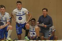 Otrokovičtí florbalisté (bílé dresy) v nadcházející superligové sezoně povede trenér Karel Ševčík.