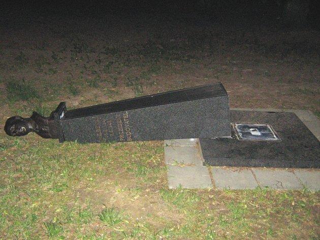 Sochu státníka Edvarda Beneše opět poškodili neznámí vandalové.