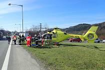 Vrtulník letecké záchranné služby přiletěl ve čtvrtek 16. dubna 2020 do Vsetína pro dvaasedmdesátiletého řidiče osobního vozu, který se vážně zranil při střetu s kamionem.