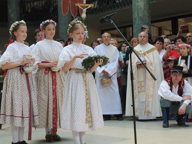 Lázeňská sezona odstartovala i v Luhačovicích, kde v hale Vincentka požehnal pramenům farář Hubert Wojcik za doprovodu krojovaných víl.