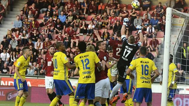 Fotbalisté Zlína (ve žlutých dresech) prohráli v páteční předehrávce 27. kola HET ligy s pražskou Spartou 1:2.