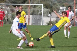 Fotbalisté Zlína B (ve žlutých dresech) prohráli v 9. kole MSFL s Hanáckou Slavií Kroměříž 1:2.