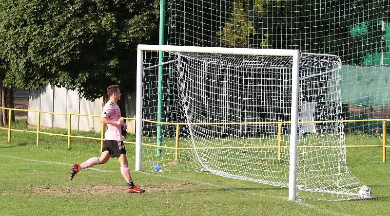 Fotbalisté Malenovic (růžové dresy) doma prohráli se Zborovicemi 1:5.
