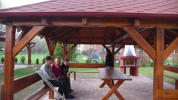 Azylový dům Samaritán vOtrokovicícch na Baťově má nový altán.
