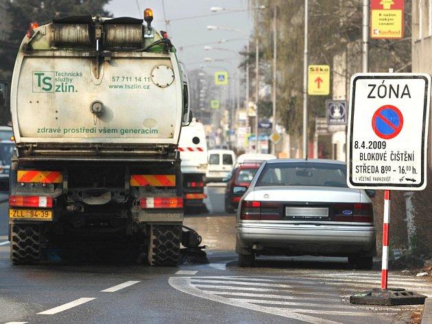 Neuposlechl. Ani na upozornění o blokovém čištění mnozí řidiči neberou ohled.