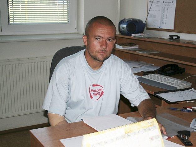 VYŠPLHALI AŽ NA ŠPICI. Trenér Jiří Chytrý dovedl starší dorostence poprvé v sezoně na první místo. Do konce první ligy zbývá devět kol.