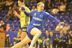 Interligové házenkářky Zlína (v modrém) v 9. kole MOL ligy prohrály doma s Michalovci 22:30. Na snímku Nygrýnová.
