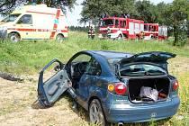 Pomoc hasičů po havárii auta nedaleko Lhoty u Malenovic, mladá řidička se s autem převrátila do pole.