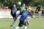 Fotbalisté  Ostrožské Nové Vsi (v modrých dresech) prohráli  v prvním kole Poháru Zlínského KFS s Dolním Němčí 1:2.