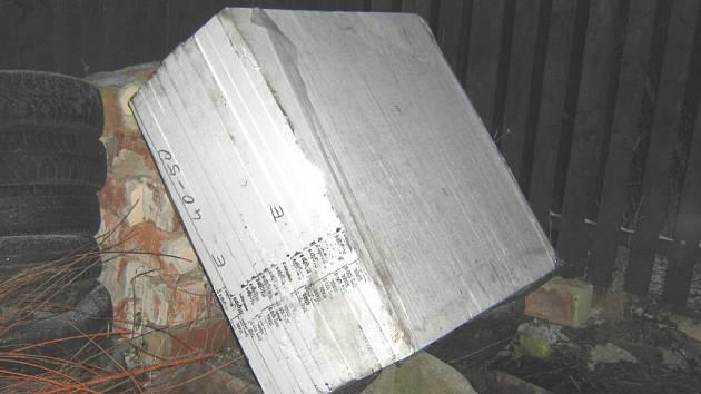 Balíky polystyrenových desek, které chtěla ukrást trojice mladíků.