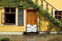 Velká voda způsobila v pondělí 17. května velké komplikace v dopravě v okolí celého Valašského Meziřičí. Zatopená byla například i silnice v obci Ústí.