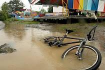 Nábřeží ve Valašském Meziřičí zatopila v pondělí 17. května voda z rozlité řeky Bečvy