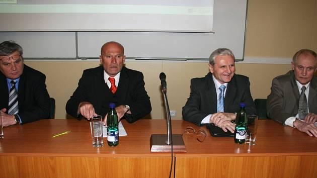 Který to bude? Před akademický senát včera usedli (zleva) Roman Prokop, Jiří Polách, František Trnka a Ignác Hoza.