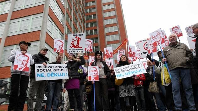Demonstrace proti KSČM před krajským úřadem ve Zlíně. Ilustrační foto