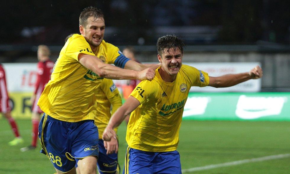 Devatenáctiletý obránce Zlína Jakub Kolář (vpravo) premiérovým ligovým gólem rozhodl 9. listopadu 2019 zápas s Olomoucí.