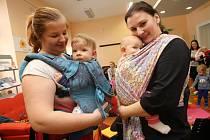 Pravidelné setkání šátkujících maminek s dětmi. Family point ve Zlíně.