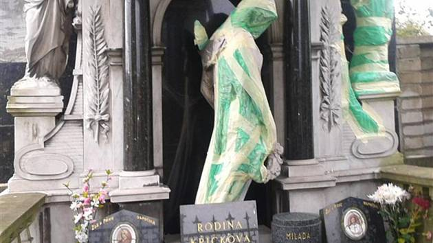 Zimova hrobka, jedna z dominant valašskoklobouckého hřbitova podstupuje odbornou restaurátorskou péči.
