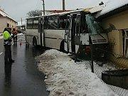 Nehoda autobus v Haluzicích.