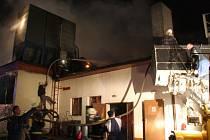 Rozsáhlý požár v technologiích dřevovýroby v Prlově.