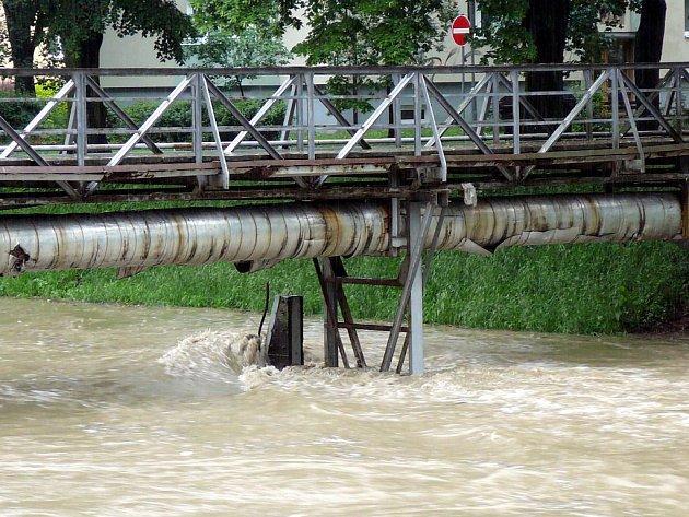 Řeka Dřevnice dosáhla třetího stupně povodňové aktivity a začala tak nebezpečně ohrožovat domy v jejím okolí. Stav z cca 8:00 hodin.