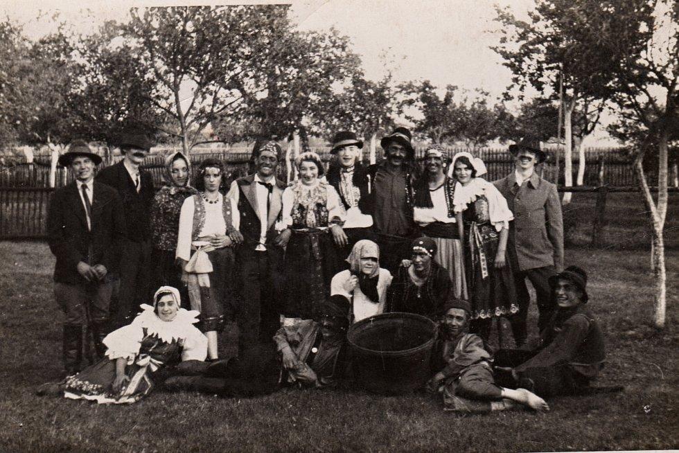 1935. Divadlo Cikánčina pomsta v roce 1935 na Barboříkově zahradě v Lukovečku.