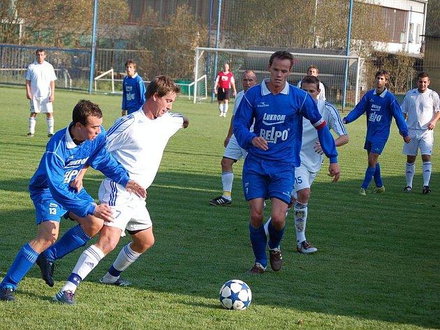 Fotbalisté Luhačovic (v modrém). Ilustrační foto.
