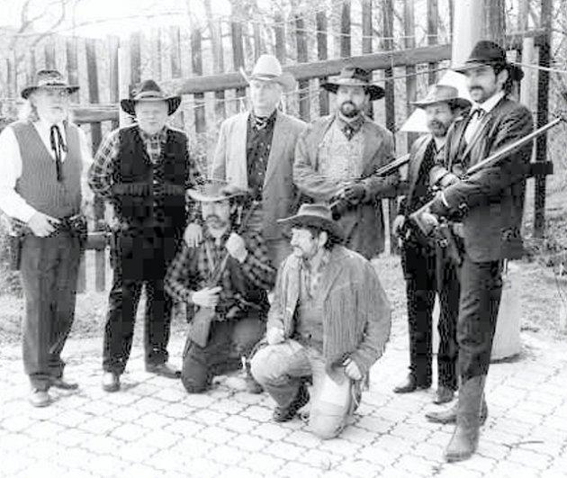 KOVBOJ. Když se Josef Gába oblékne do westernového oblečku a vezme do ruky zbraň, vypadá, jako by právě vypadl z knihy Karla Maye