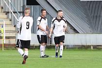 Fotbalisté Slušovic (v bílých dresech) otočili zápas proti Bystřici pod Hostýnem.