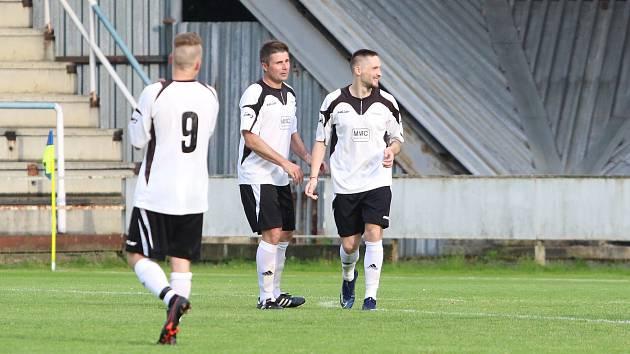 Fotbalisté Slušovic (v bílých dresech) otočili zápas proti Bystřici pod Hostýnem (3:2).