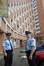Strážníci David Korvas a Jaroslav Stoklásek vytáhli seniorku z hořícího bytu ve Zlíně na Jižních Svazích.