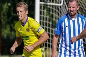 Kapitán fotbalistů Újezdce-Těšova Miroslav Kobzinek (na snímku vpravo) se trefil do sítě ligového Zlína.