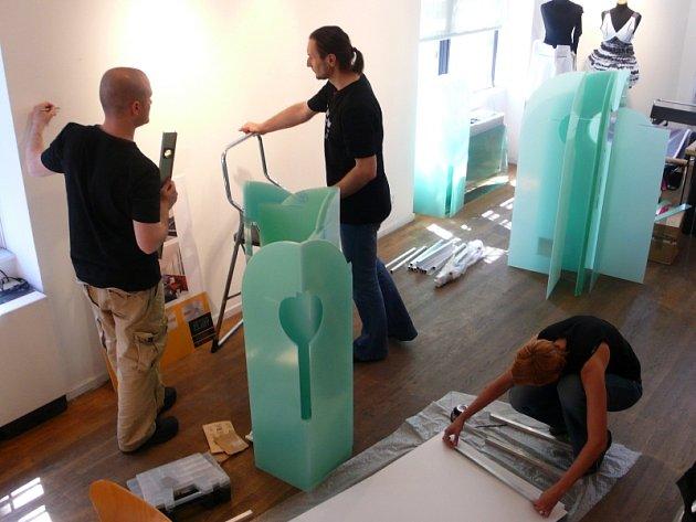 Příprava výstavy. Takto včera vypadala instalace výstavy mladých zlínských umělců v Českém Centru v New Yorku.