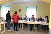 Fronty se před žeranovickou volební místností sice nestály, první voliči však začali chodit téměř okamžitě.