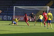 Fotbalisté Zlína B (žluté dresy) se v páteční předehrávce 11. kola MSFL utkali s rezervou Sigmy Olomouc.