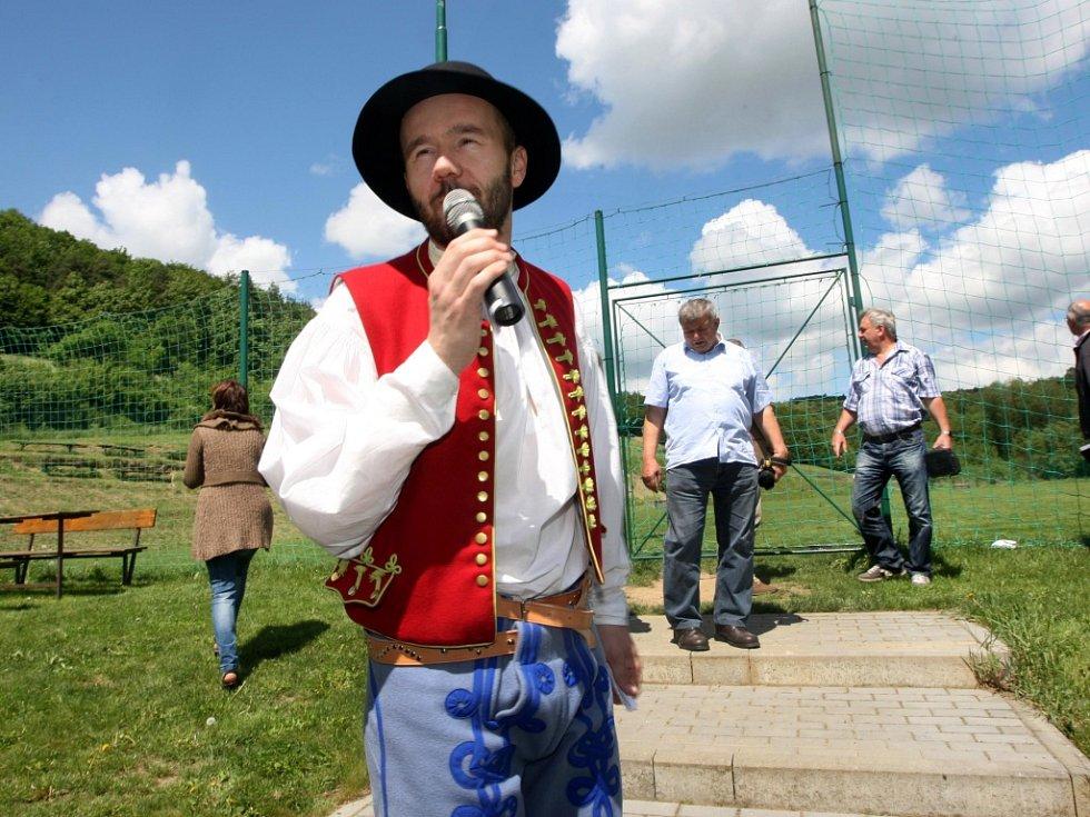 Hodnotící komise ankety Vesnice roku 2013 v Březnici.  Prezentace spolků. Na snímku Josef Hutěčka.