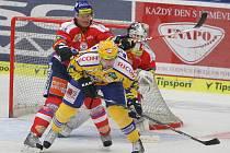 PSG Zlín (ve žlutomodrém) – HC Eaton Pardubice ve čtvrtfinále play off hokejové extraligy.