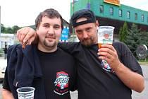 Na snímku vlevo je návštěvník Masters of Rock Petr Haas, vpravo jeho kamarád Jaroslav Sazama.