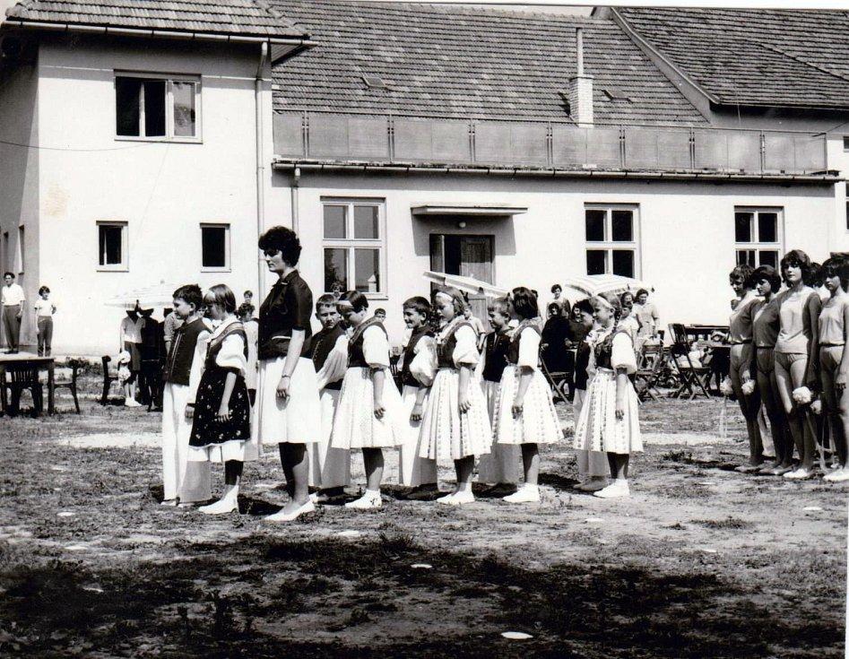 Základní škola Jasenná, SPARTAKIÁDA. Nácvik s paní učitelkou Soňou Valchářovou.