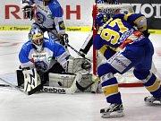 Extraligoví hokejisté Zlína nastoupili v rámci 21. kola nejvyšší soutěže proti Plzni. Petr Zámorský (v modrém) právě podrazil soupeře.