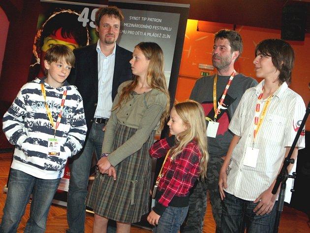 Mladí filmoví hrdinové. Zleva: Matyáš Valenta, Nikola Hronová, Anna-Marie Valentová a Josef Navrátil. Vpravo v pozadí režisér Kryštof Hanzlík.