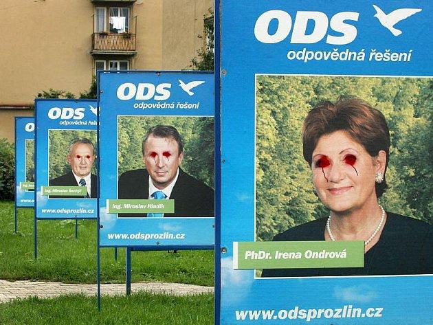 Vandal poškodil předvolební poutače ODS ve zlínské Sokolské ulici.