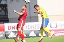 Srbský stoper ve službách Zlína Zoran Gajić (ve žlutém dresu) si o víkendu připsal premiérový gól ve FORTUNA:LIZE.