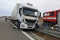 Kamion měl proraženou nádrž. Při nehodě nebyl nikdo zraněn.