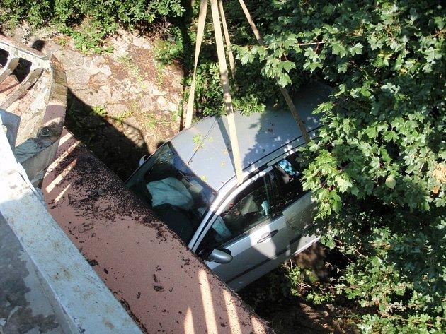 Dopravní nehoda a požár vozidla v obci Křekov.